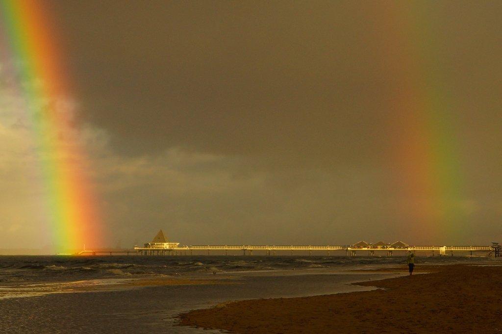 Doppelter Regenbogen über der Seebrücke